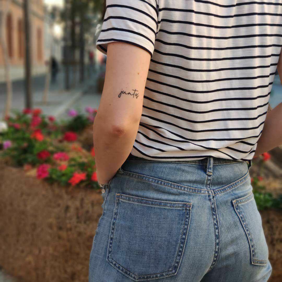 Tatoo Juntos Tatuaje Parte Posterior Del Brazo Encima Del Codo Body Art Tatoo Frases Tatuajes Femeninos Tatuajes Discretos