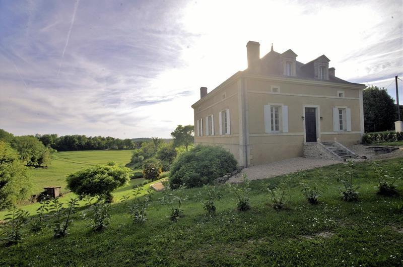 Charenteimmofr: Charmant manoir avec belle vue au coeur de la campagne Charentaise 374 999 #charente  https://t.co/phkIHFvT39