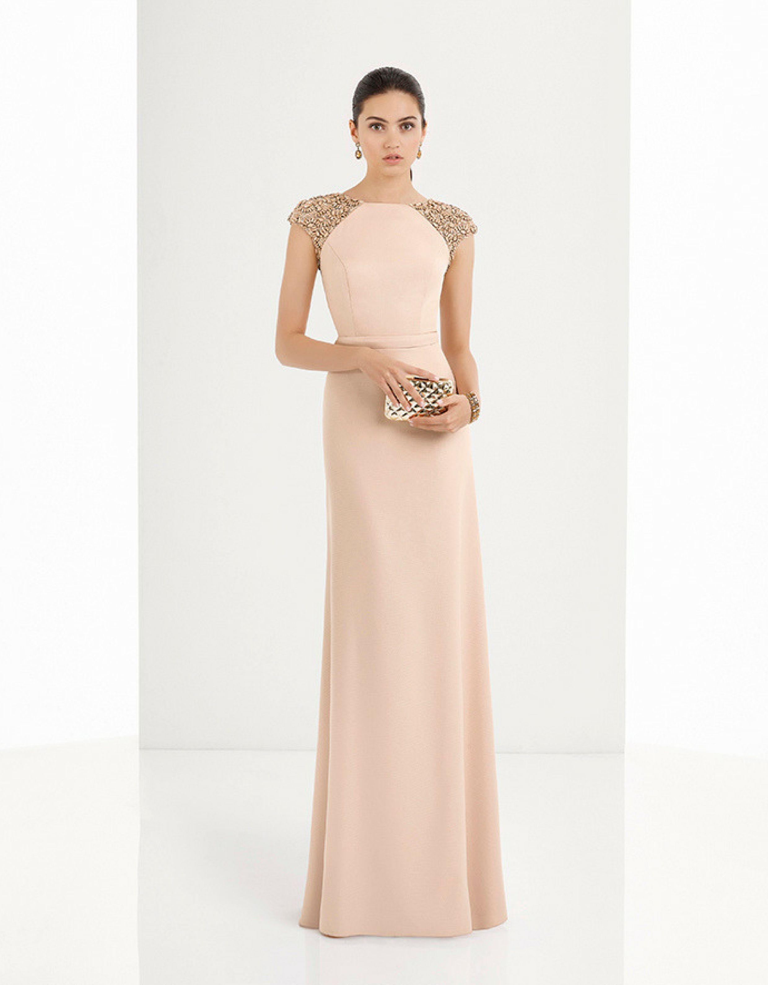 4d0f9cc55 Vestido largo de crepe en tono rosa palo con pedrería bordada en hombros y  escote en