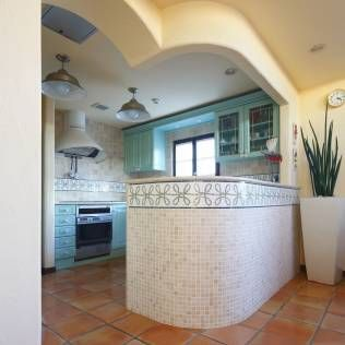 地中海デザインのキッチン レイアウト画像 リフォーム実例 収納