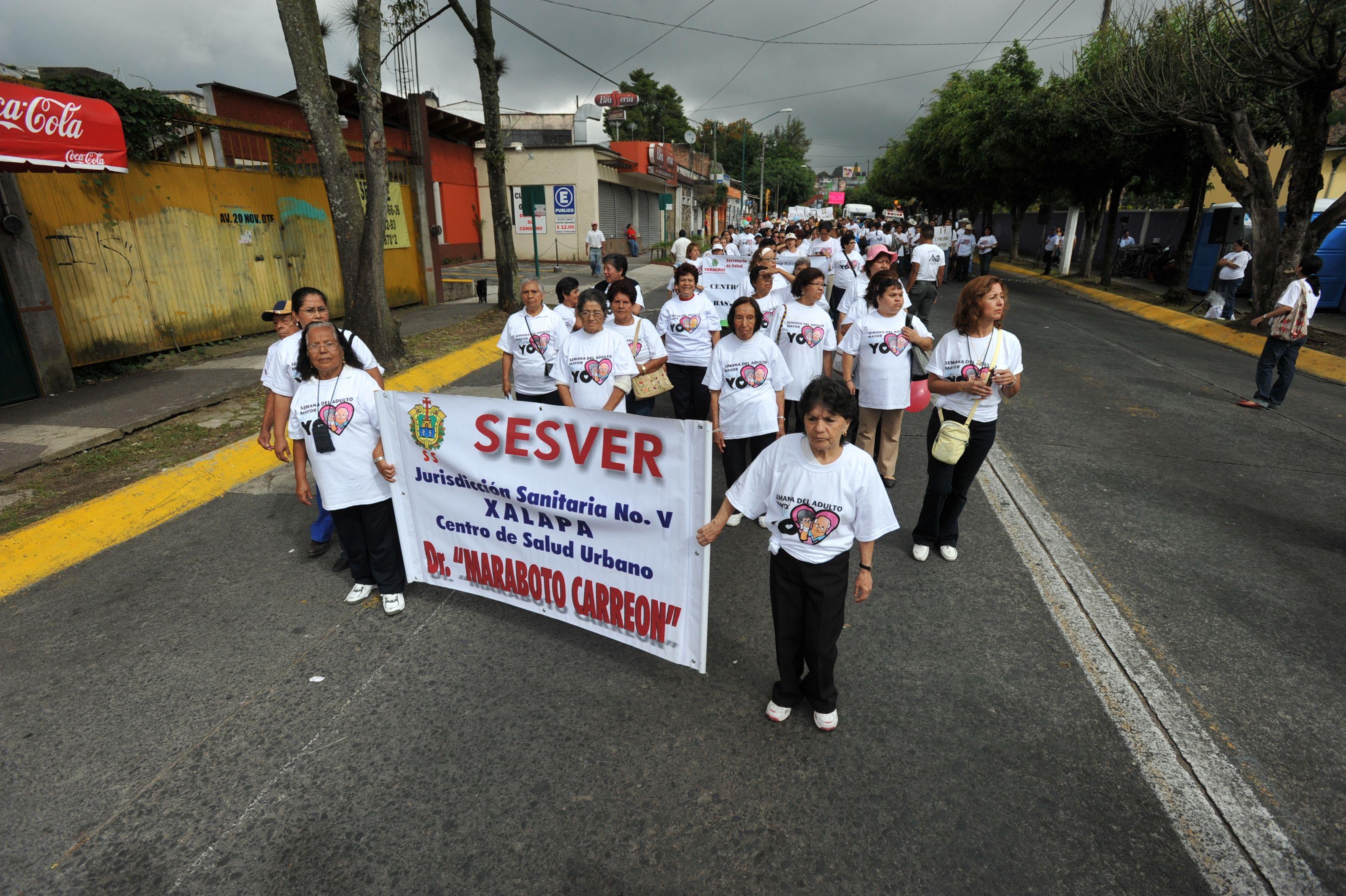 Distintos centros participaron en la VI Caminata de Adultos Mayores