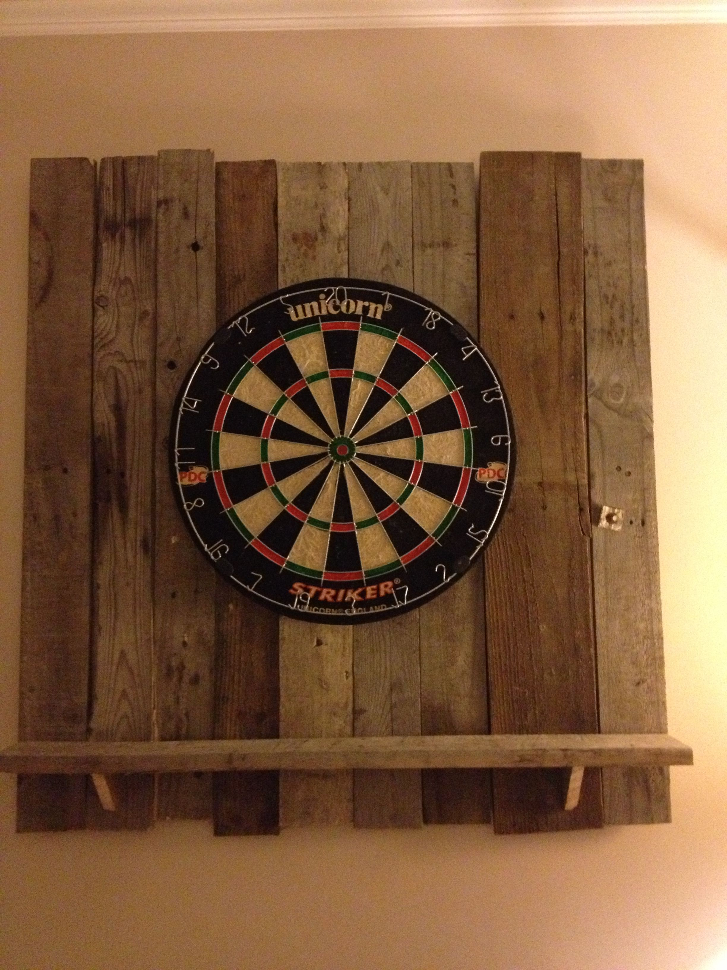 Etonnant Dart Board Backdrop Made Of Pallet Wood.