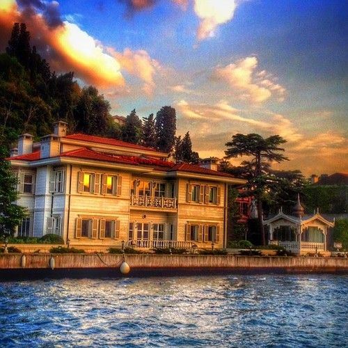 """There are no foreign lands. It is the traveler only who is foreign."" – Robert Louis Stevenson    Bosphorus Villa (photo via sedefscorner) [via isjanbul]"