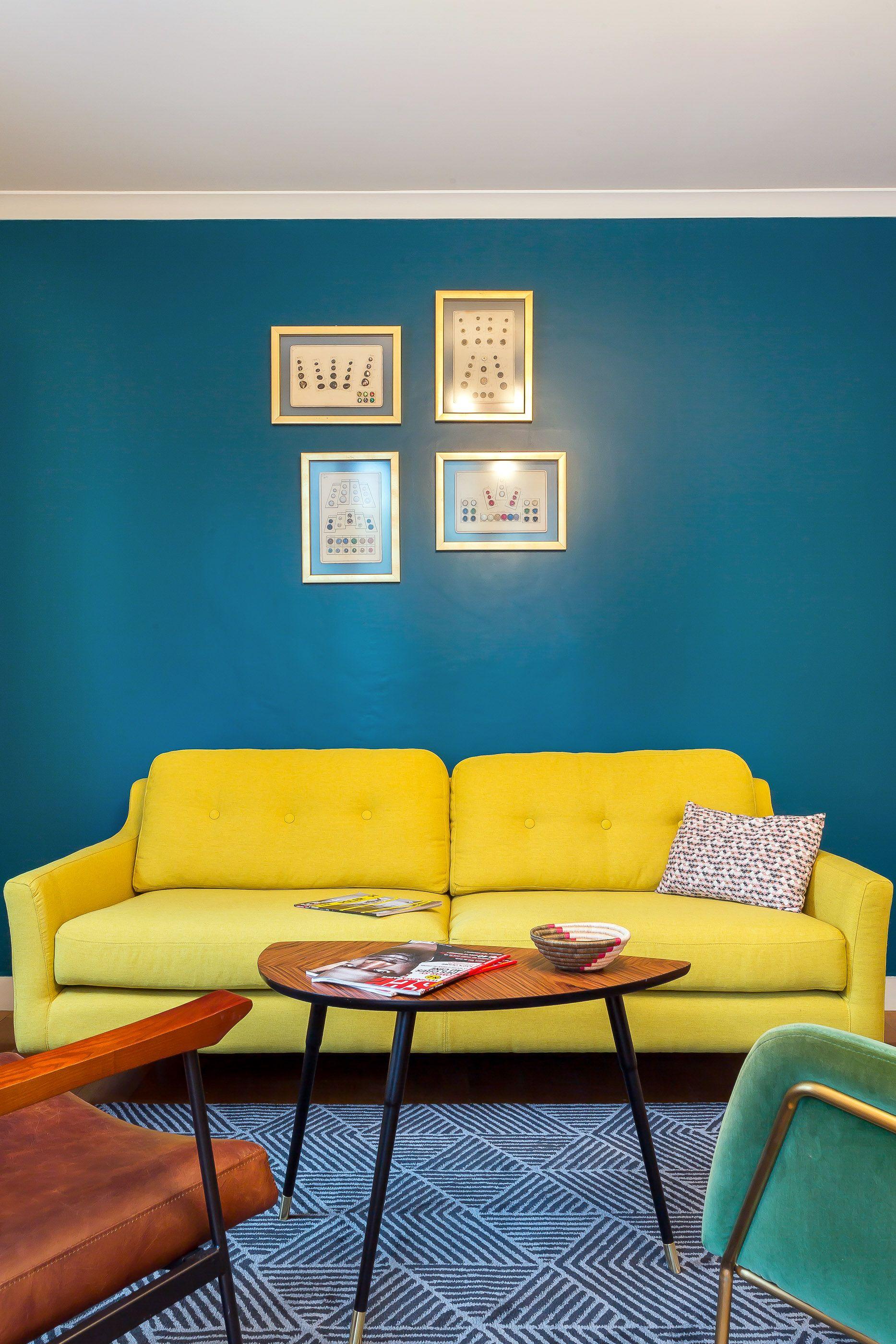 Un Appartement Vintage A Lyon Salon Vert Cuir Laiton Velour
