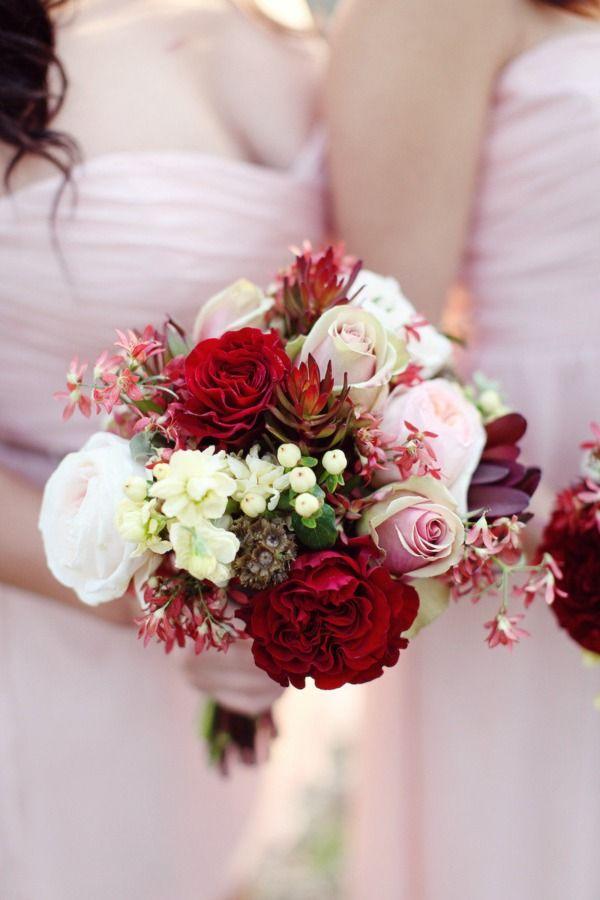 Bouquet de mariée dans les tons rouges, roses et blancs