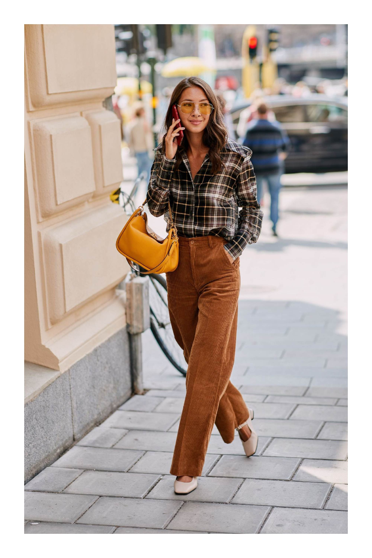 9b763139aa Cómo combinar el color camel  TiZKKAmoda  camisa  cuadros  pantalón  pana   café  zapatos  lentes  bolsa  mostaza  look  fashion
