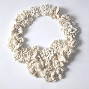 Rosace de fleurs au crochet blanches pour exposition White Story avec Aurélie Mathigot chez Merci