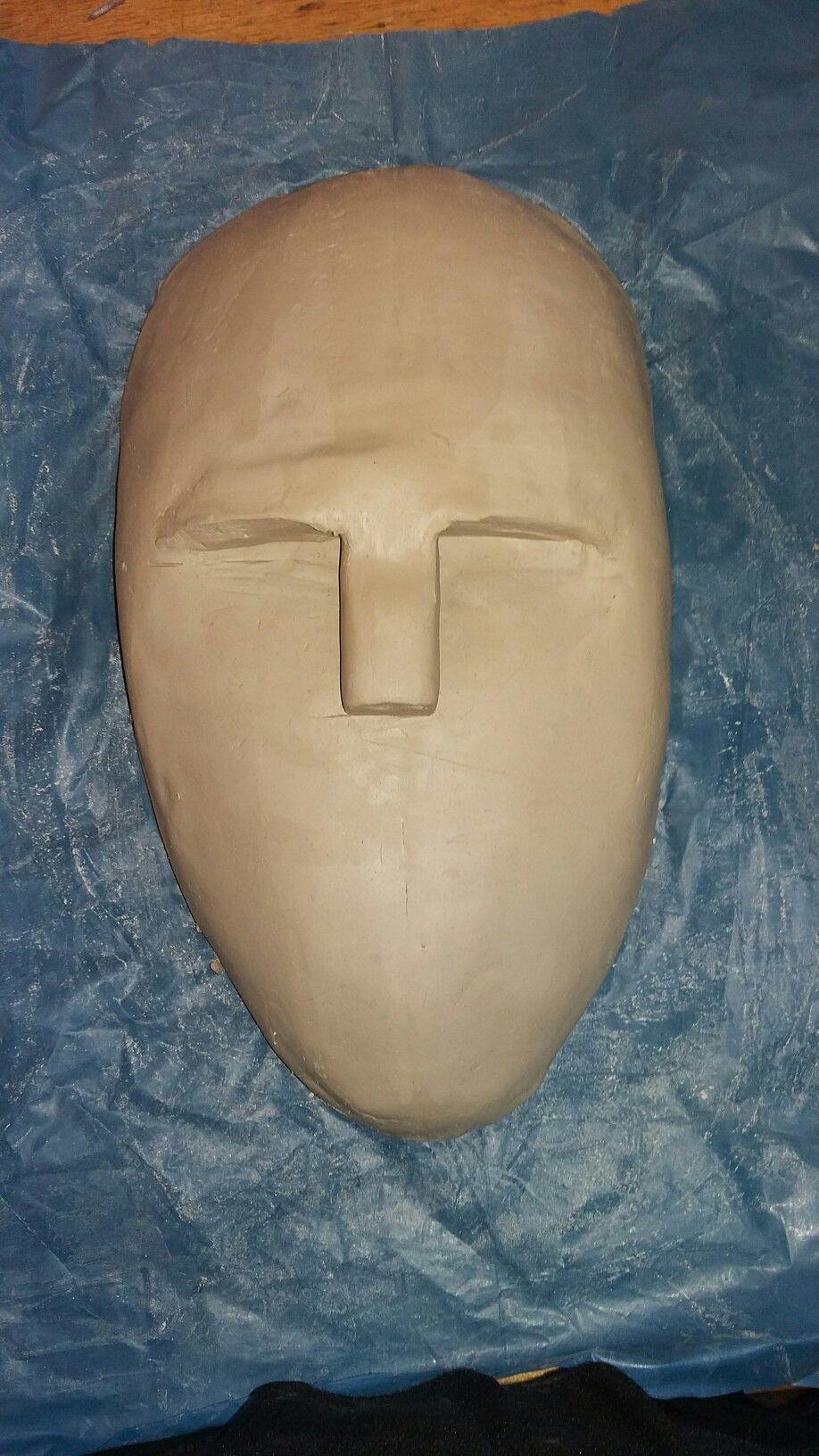 Het begin van de neus hebben we gemaakt door een stuk klei tussen 2 balkjes  plat te drukken en hem er dan op te drukken
