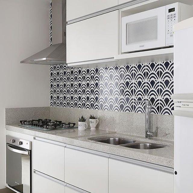 Cozinha com marcenaria branca e azulejos estampados