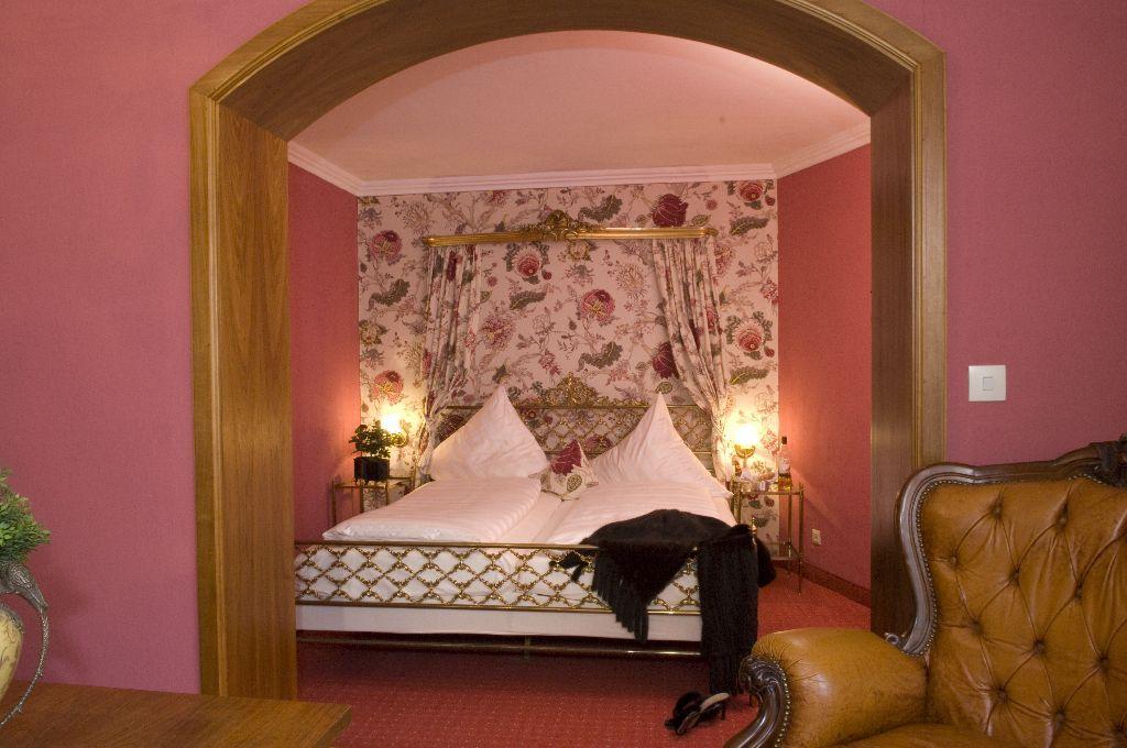 Bad Ansbach junior suite mit bad room with bath hotel platengarten