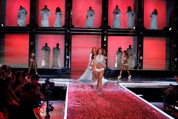 Gisele Bundchen Photos Photos Victoria S Secret Fashion Show Runway
