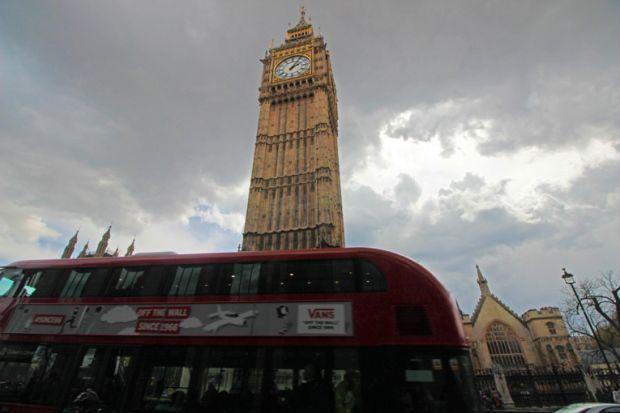 7a191ac2062 double-deck-bus-onibus-de-dois-andares-torre-do-relogio-a-bussola-quebrada