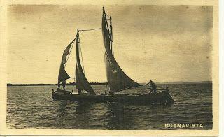 Sin embargo, los cartageneros hacía tres días, el 17 de septiembre, habían podido colar a cinco de estas canoas llenas de víveres, entre las brumas, al amanecer, bordeando por la Isla de Barú, mar abierto.  Cuando los españoles, se despertaron ya no pudieron hacer nada.  Las canoas entraron por Bocachica, que como feroz perro, nos estaban defendiendo.    Canoas similares a las utilizadas en 1815 para abastecernos.  Esta foto tomada por Juan Trucco Mogollón aproximadamente en 1900 desde su…