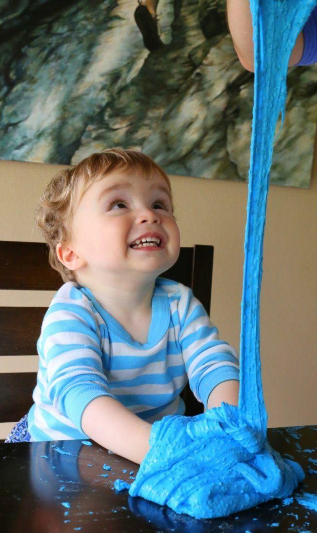 junge-kleinkind-schleim-selber-machen-spielen-blau #kneteselbermachenrezept