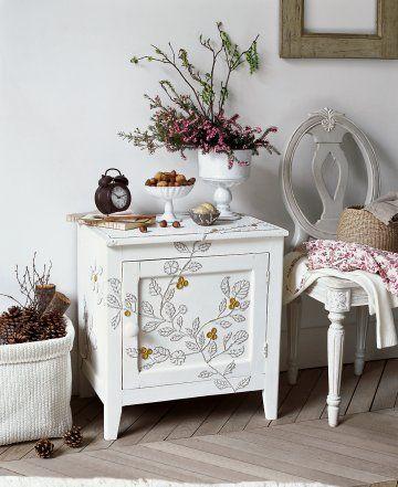 Un meuble décoré de morceaux de boîte d\u0027œufs Morceau de, Boîtes et
