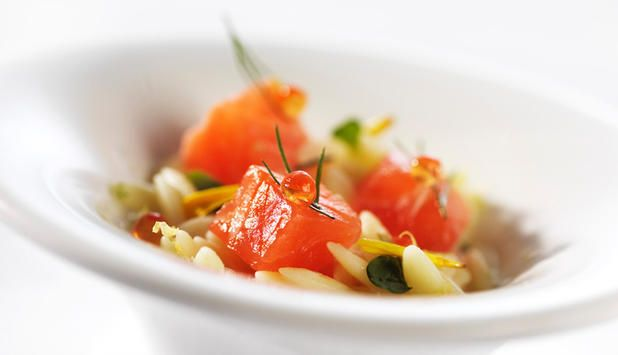 Ørret med risoni.  Risoni er pasta som ser ut som ris. Den tar lett til seg deilige smaker fra andre ingredienser i gryteretter, som i denne oppskriften på ørret i risoni med sjalottløk og gulrot.