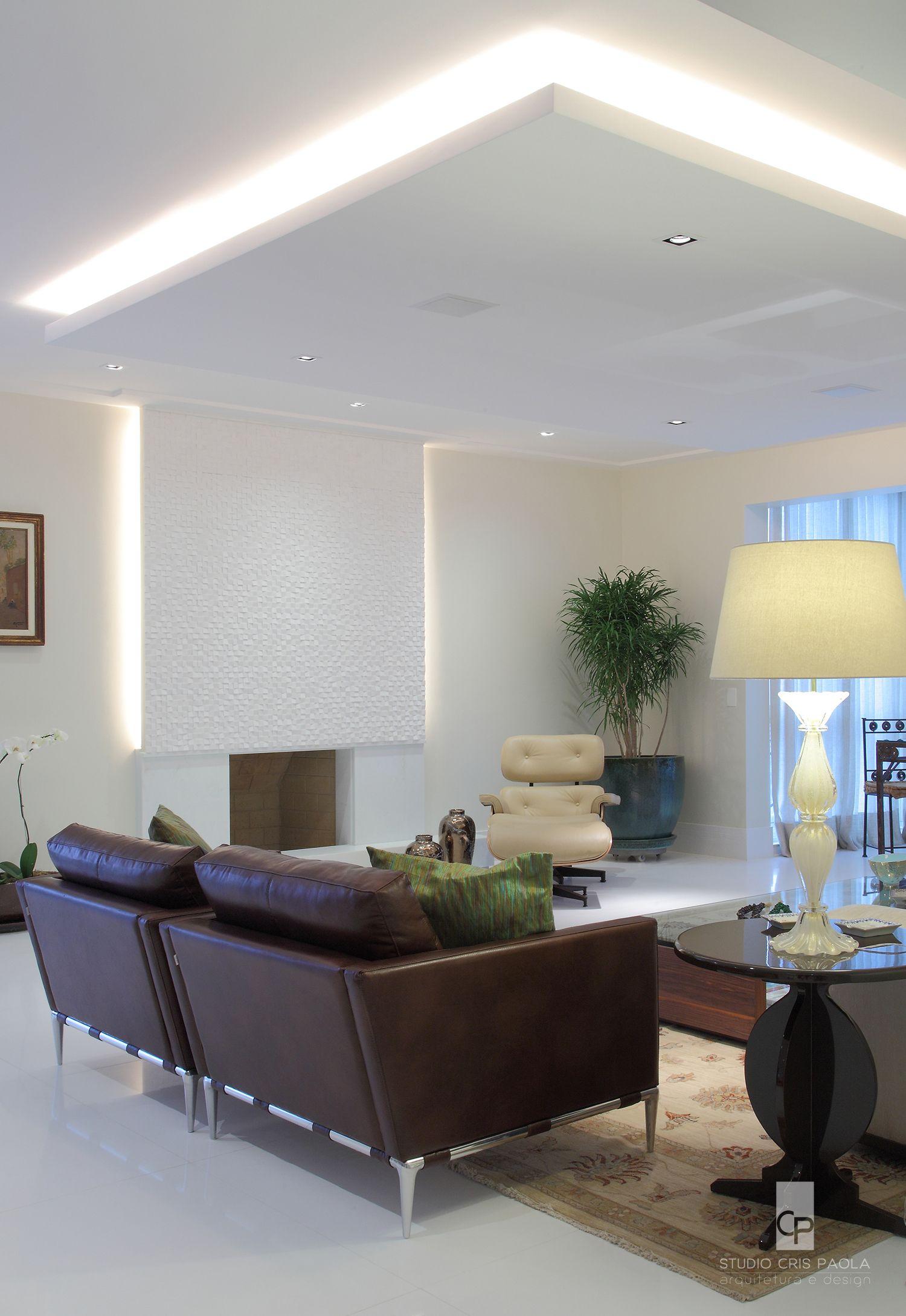 STUDIO CRIS PAOLA: Sanca de gesso com iluminação e detalhe na lareira, sala projetada pela arquiteta Cris Paola #studiocrispaola #iluminação #lareira