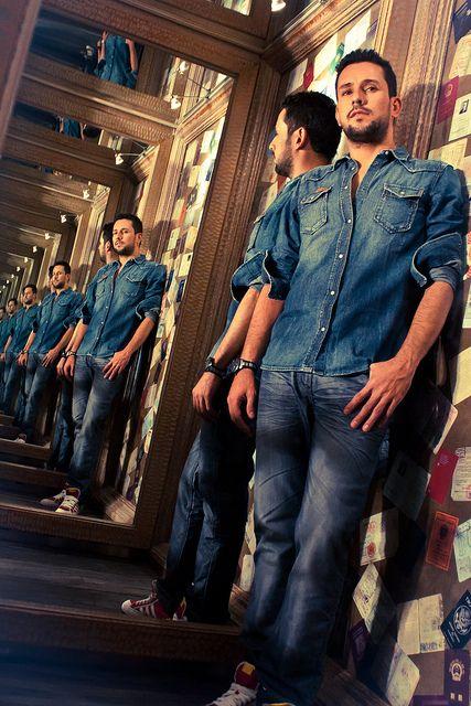 El jean sigue reinando en las tendencias de moda masculina