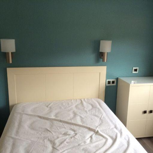 Papel pintado azul turquesa en el cabecero del dormitorio for Alfombra azul turquesa del dormitorio