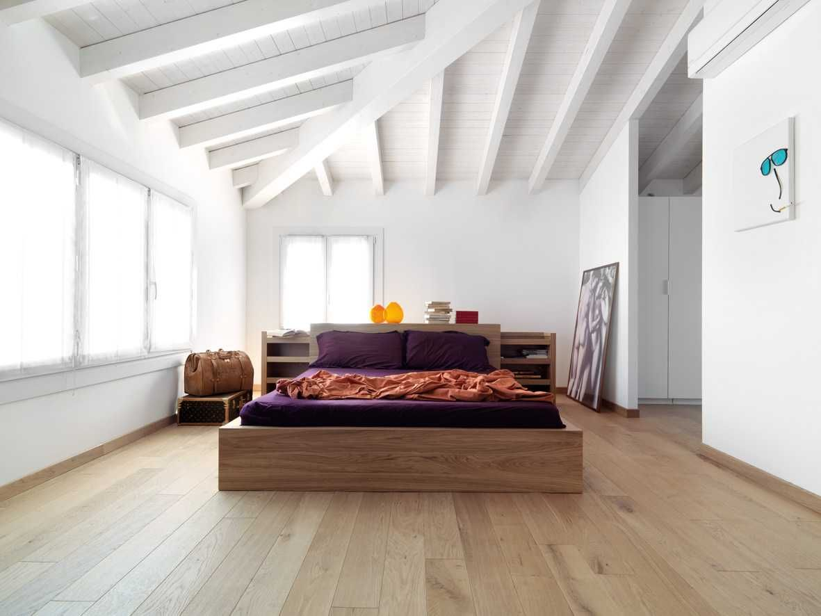 Interni moderni luminosi e ambienti caldi copertura in for Ambienti interni moderni