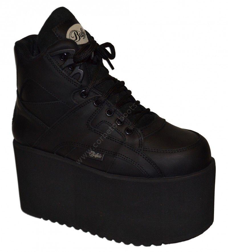 zapatilla Buffalo Classic en color negro con súper plataforma de 10  centímetros de altura