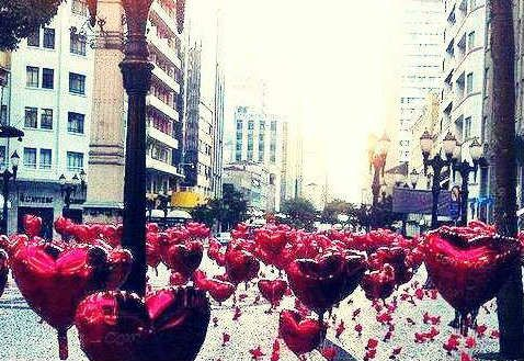 Dia dos Namorados: Comemore este dia  Por ser amor, invade e fim.