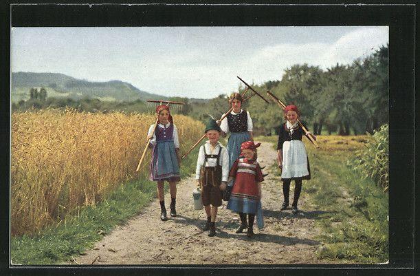 schöne AK Kinder u. ihre Mutter kehren mit Rechen von der Feldarbeit heim | eBay