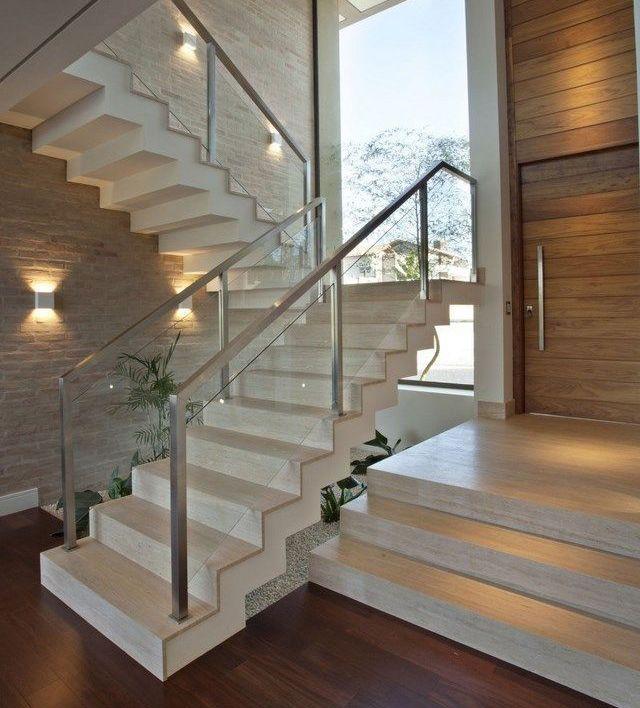 Escaleras Modernas Para Interiores Blanca Con Barandilla De Acero Y Cristal Vidrio En 2020 Escaleras Modernas Escaleras Para Casas Pequenas Escaleras