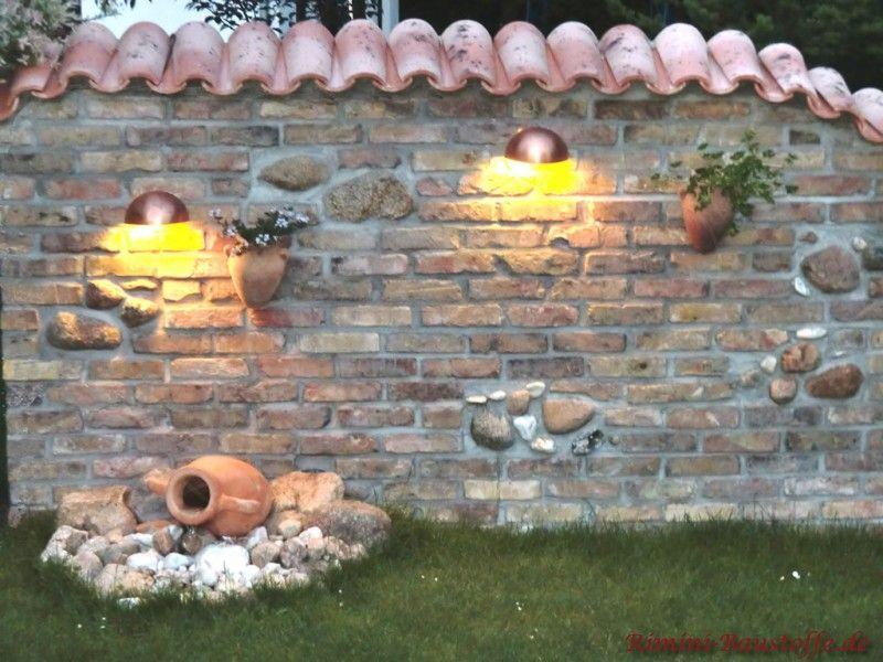 Naturstein Gartenmauer Mit Lichtern Und Terracotta Vase Als Deko. Mit  Dachziegeln Als Mauerabdeckung.