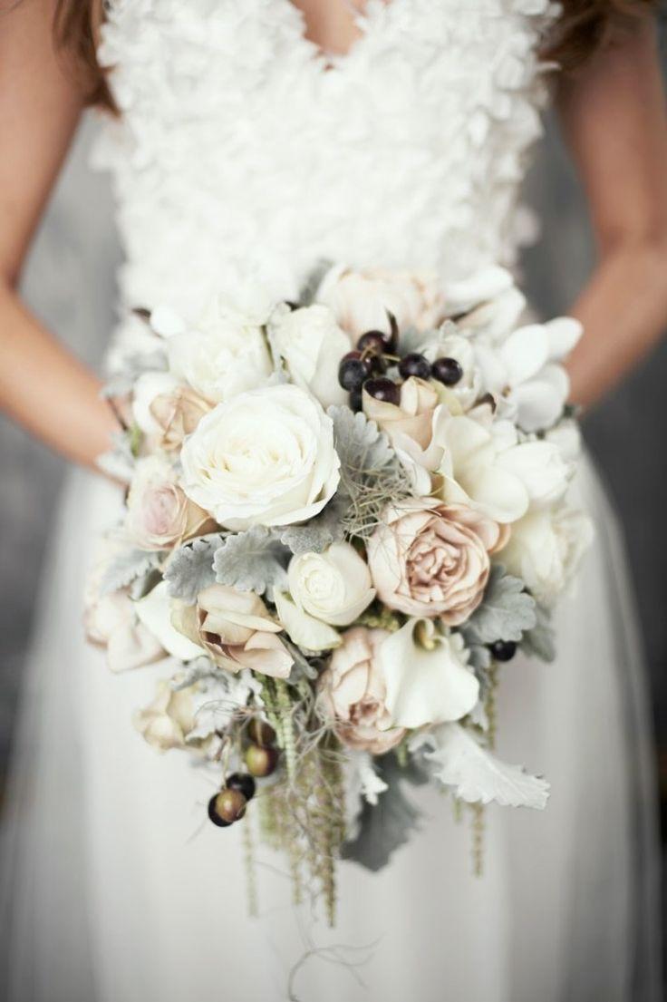 Herrliche Brautsträu�e mit wei�en Rosen, Moos und Winterfrüchten #whitebridalbouquets