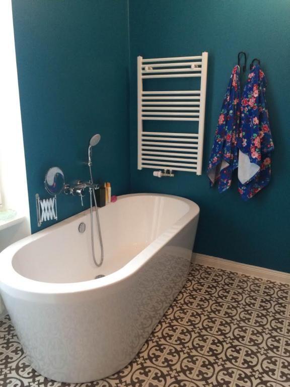 Schön Eine Frei Stehende Badewanne Ist Etwas Besonderes! In Diesem Badezimmer  Stellt Sie Einen Spannenden Kontrast