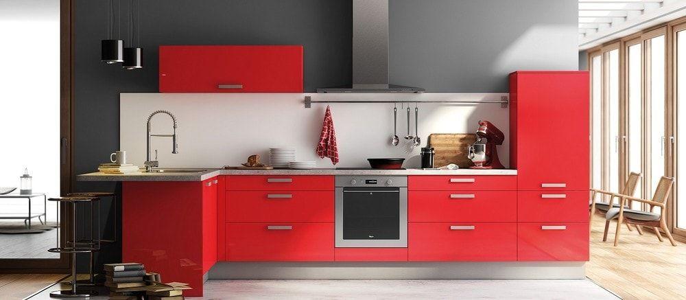 cuisine aviva rouge haute brillance, mur gris // 200 idées déco