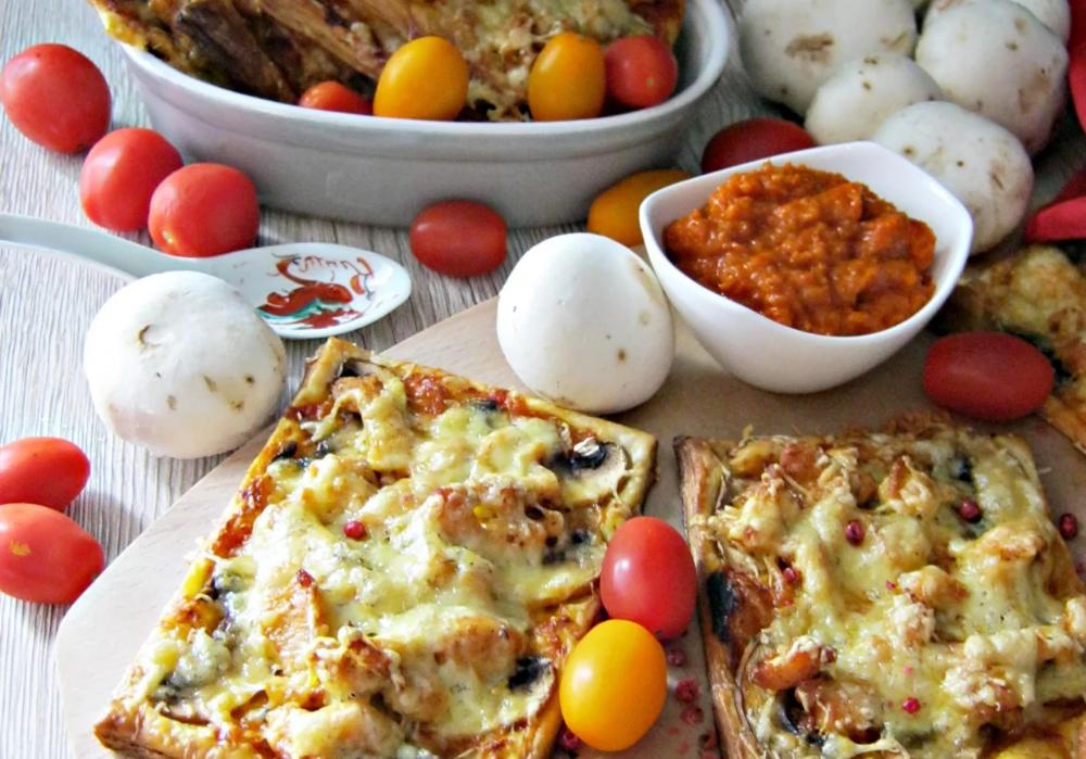 Zapiekanki Na Ciescie Francuskim Z Kurczakiem I Ajwarem Doradcasmaku Pl Recipe Food Party Food Breakfast