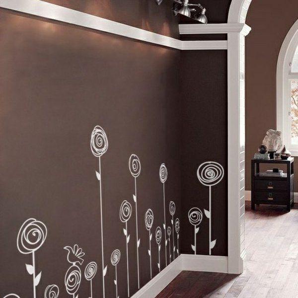 Weiß Gemalte Blumen Auf Der Braunen Wand. Brown And White /cream Wall  Painted Design