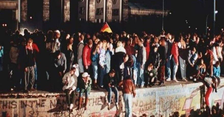 Σαν σήμερα: 27 χρόνια από την πτώση του τείχους του Βερολίνου (φωτό)