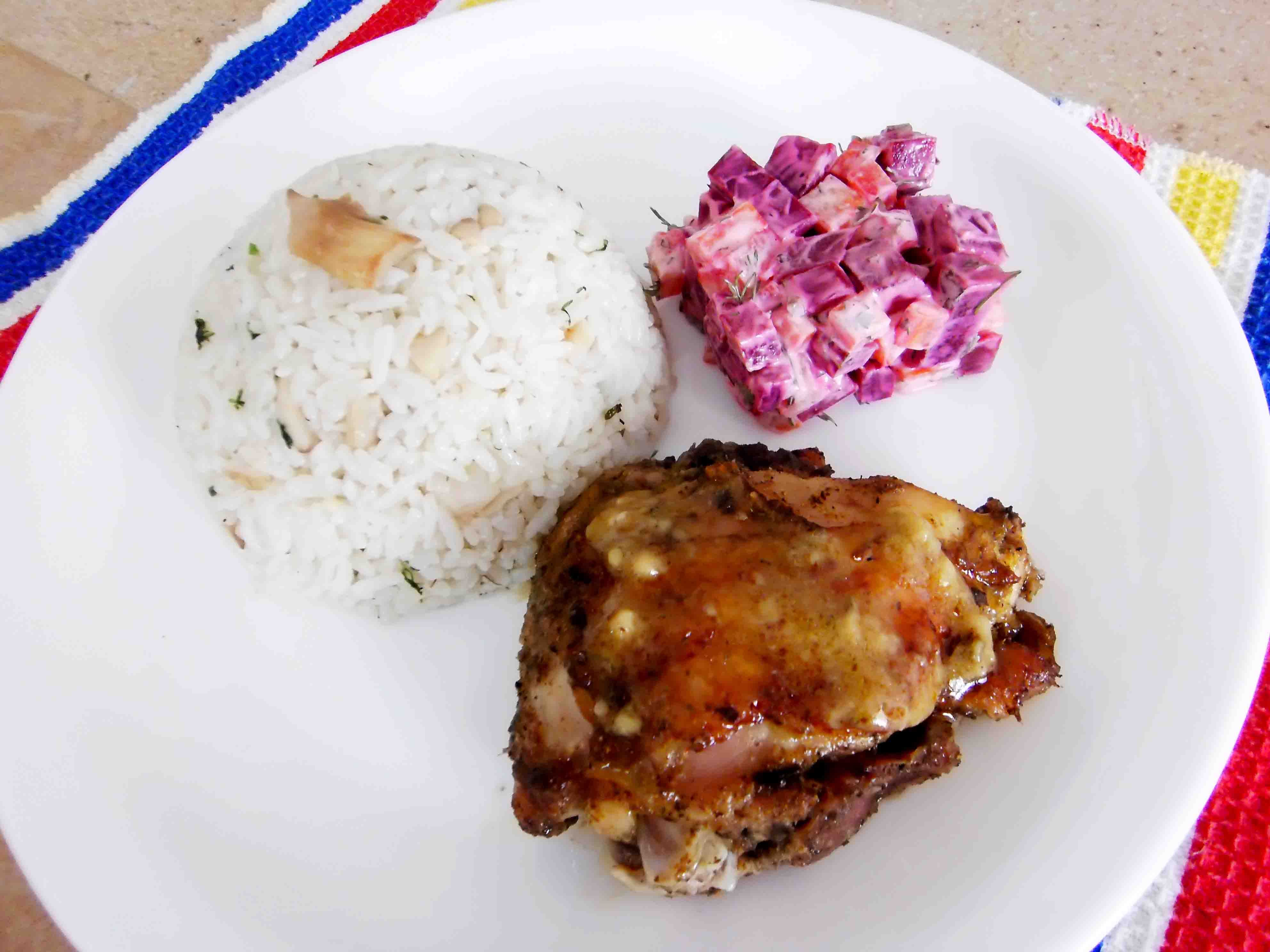 Baked chicken and creamy rice with mushrooms with a beetroot salad. / Pollo al horno más arroz cremoso con champiñones acompañados de una ensalada de remolacha.