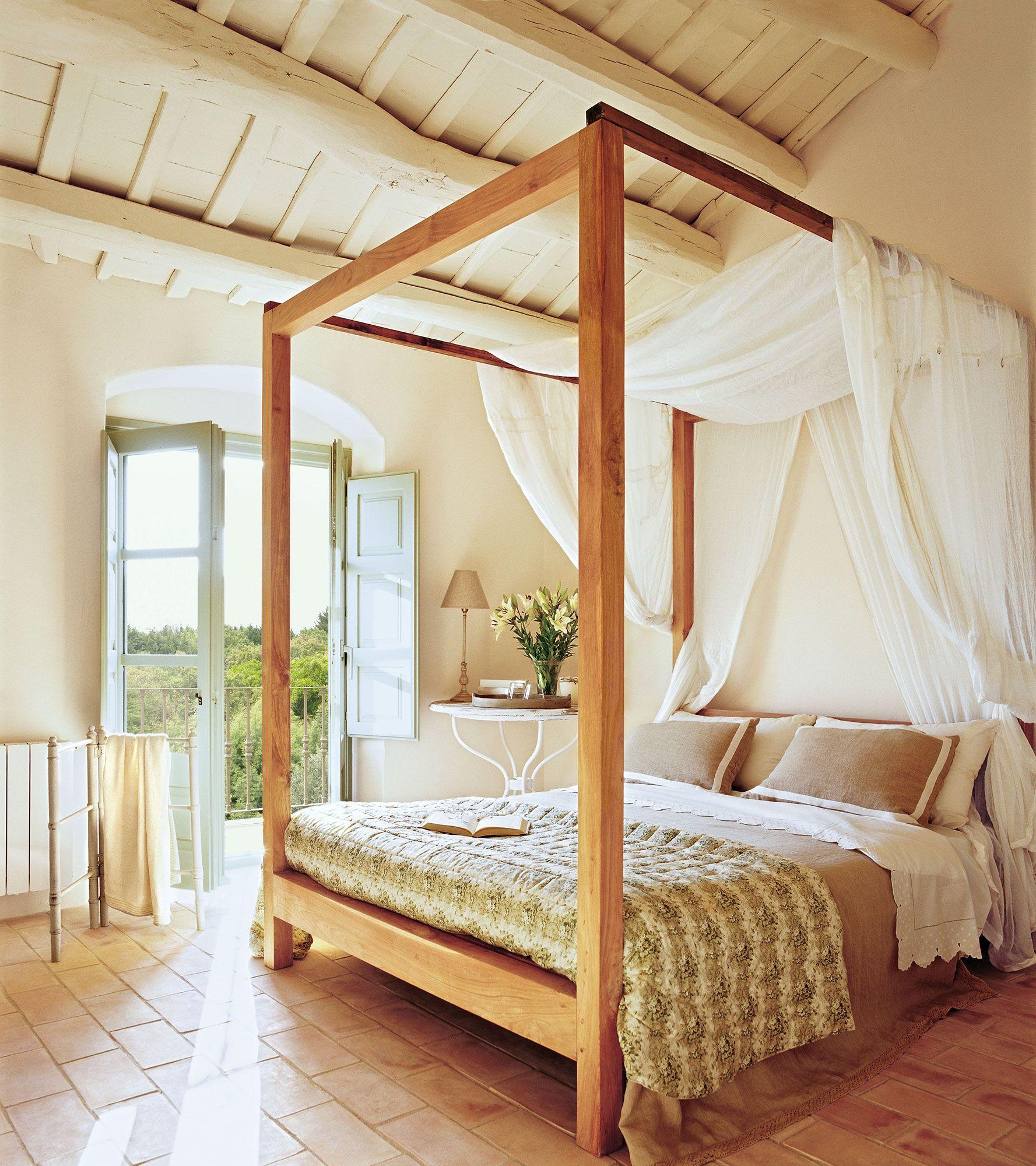 Dormitorio rústico con paredes en blanco y cama de madera con dosel ...
