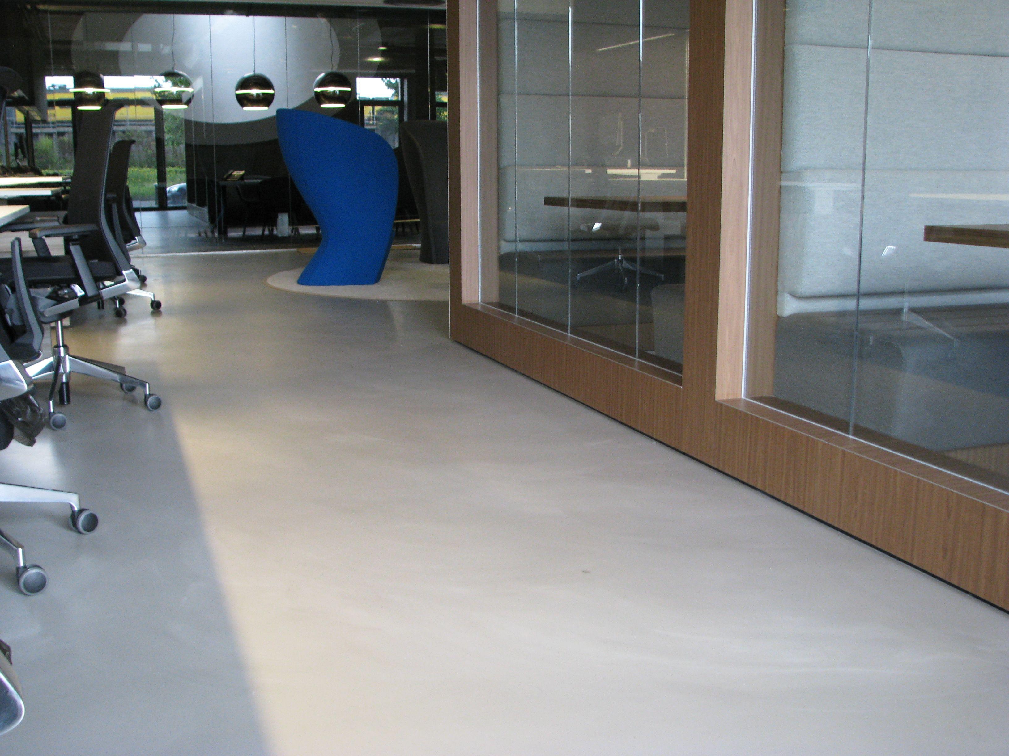 Polyurethaan gietvloer in kantoor. duurzaam onderhoudsvriendelijk