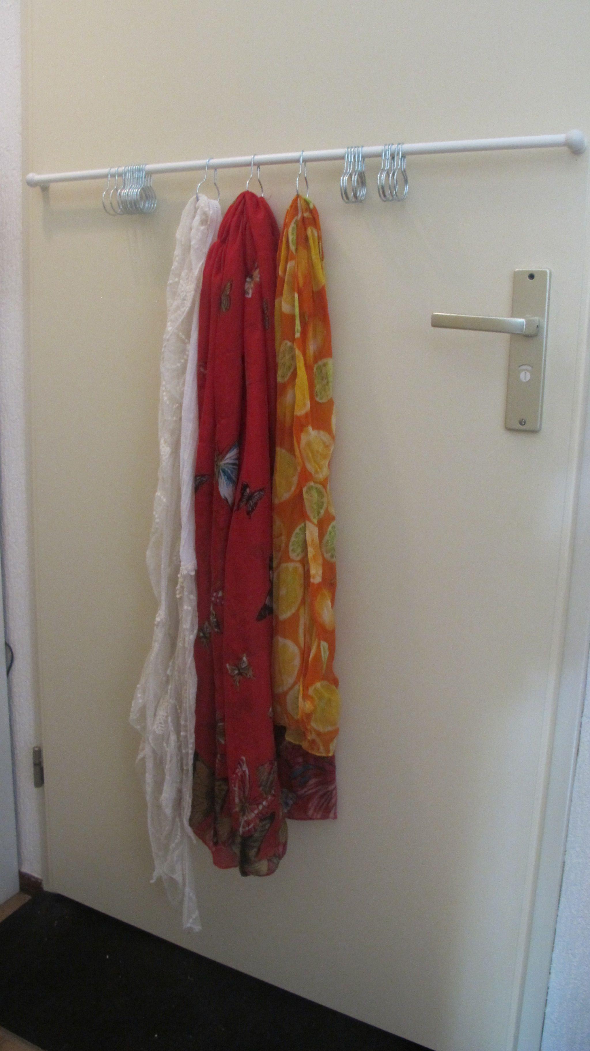 De Oplossing Voor Sjaals Een Metalen Buis Met Ophanghaakjes Op
