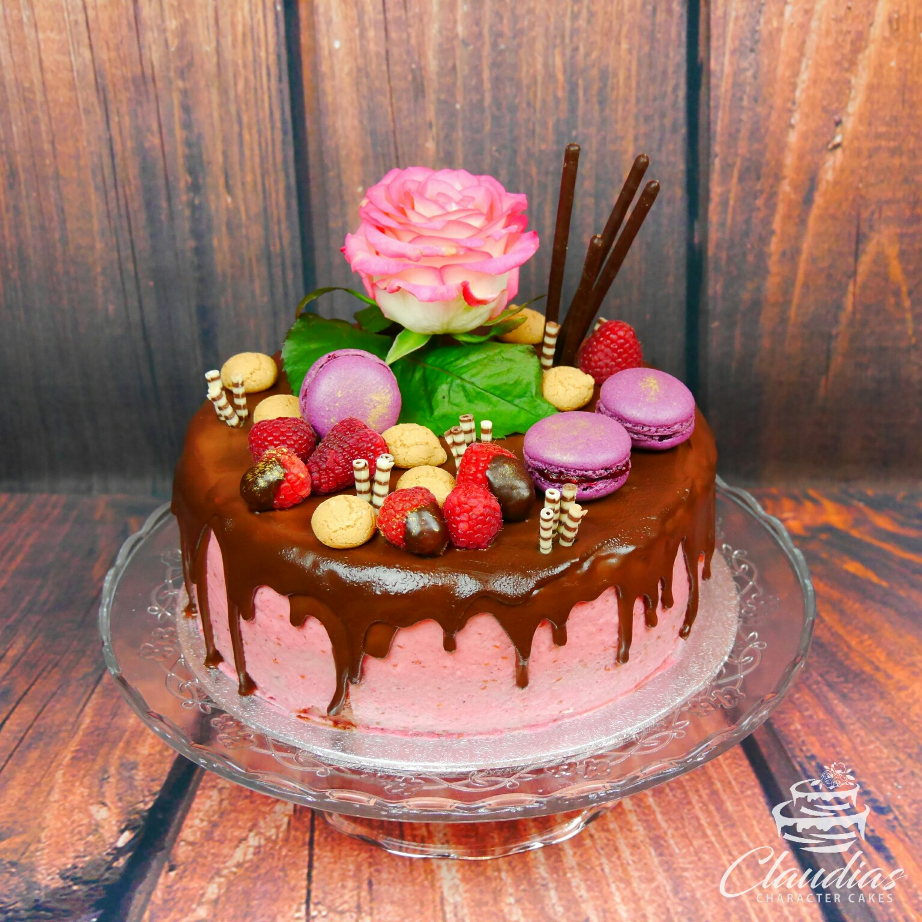 Drip Cake mit Macarons und echter Rose | Drip Cake with macarons and real rose