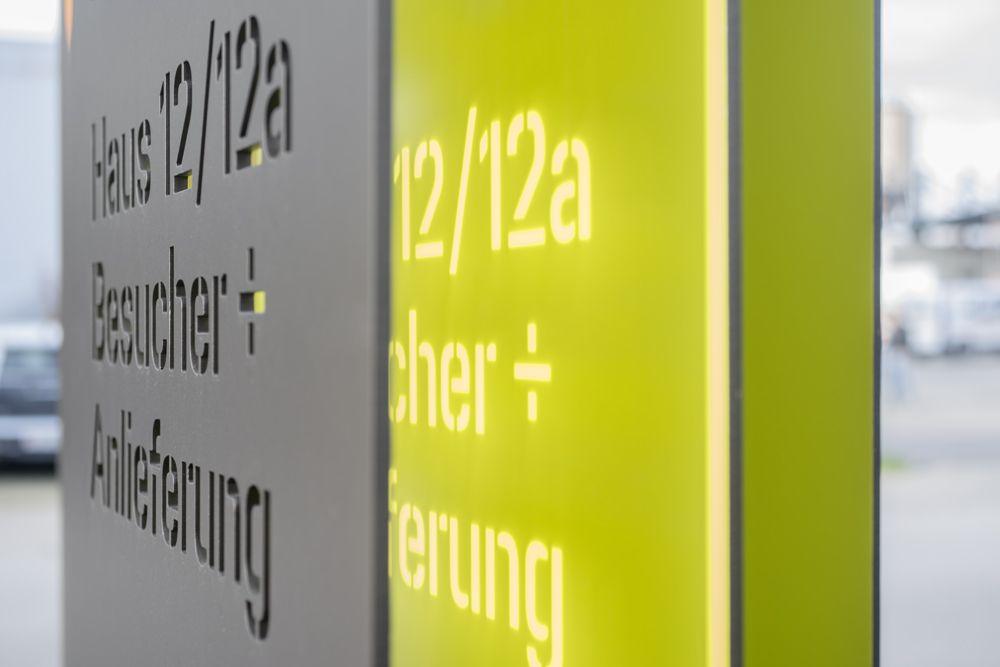 Orientierungssystem für zwei Bürohäuser in Egg ZH, Schweiz