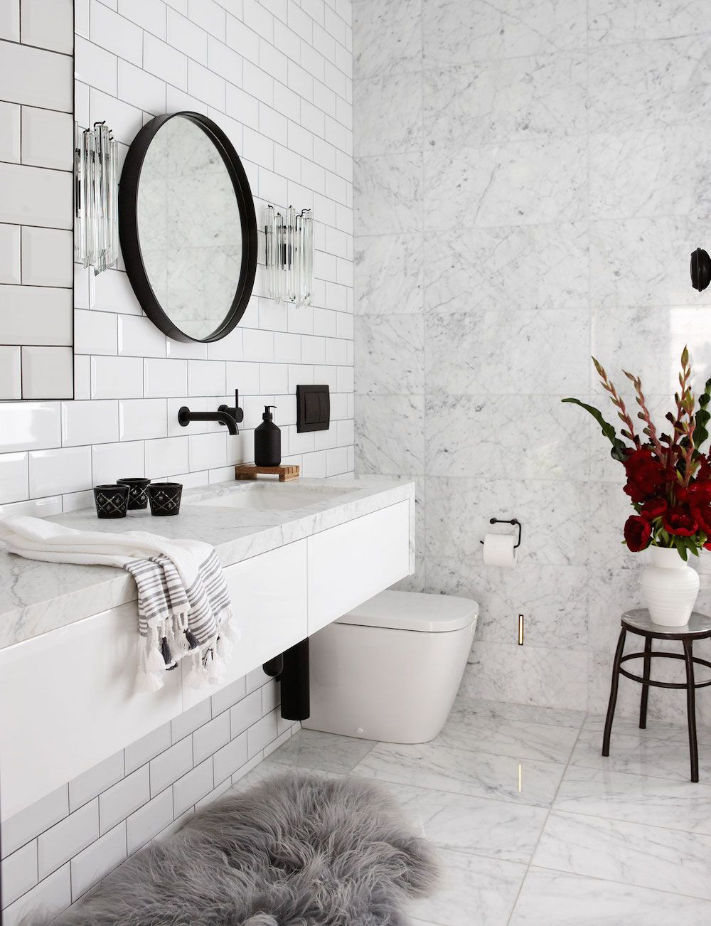 16 Perfect Marble Bathrooms with Black Fixtures | White marble ...