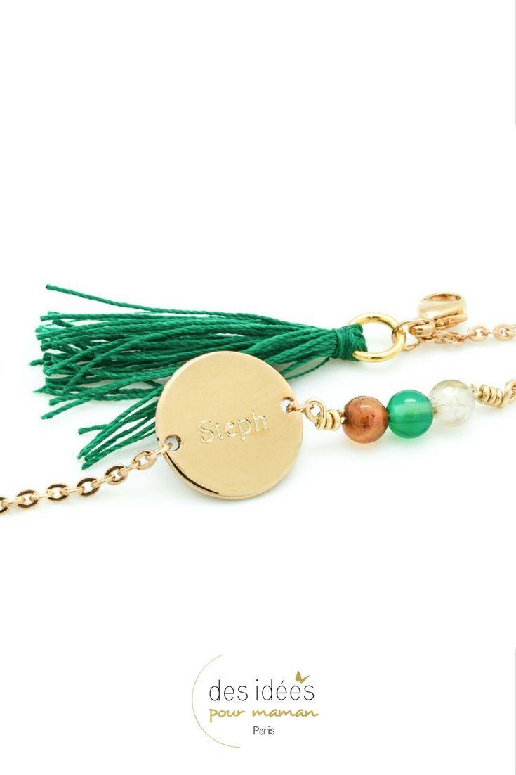 Bracelet Personnalisé Bahia - Plaqué Or. Ethnique et chic, le bracelet personnalisé Bahia est une invitation au voyage. Offrez ce magnifique bracelet personnalisé monté sur une chaîne en plaqué or, et composé de perles de couleur et d'une médaille personnalisable du texte ou du prénom de votre choix.