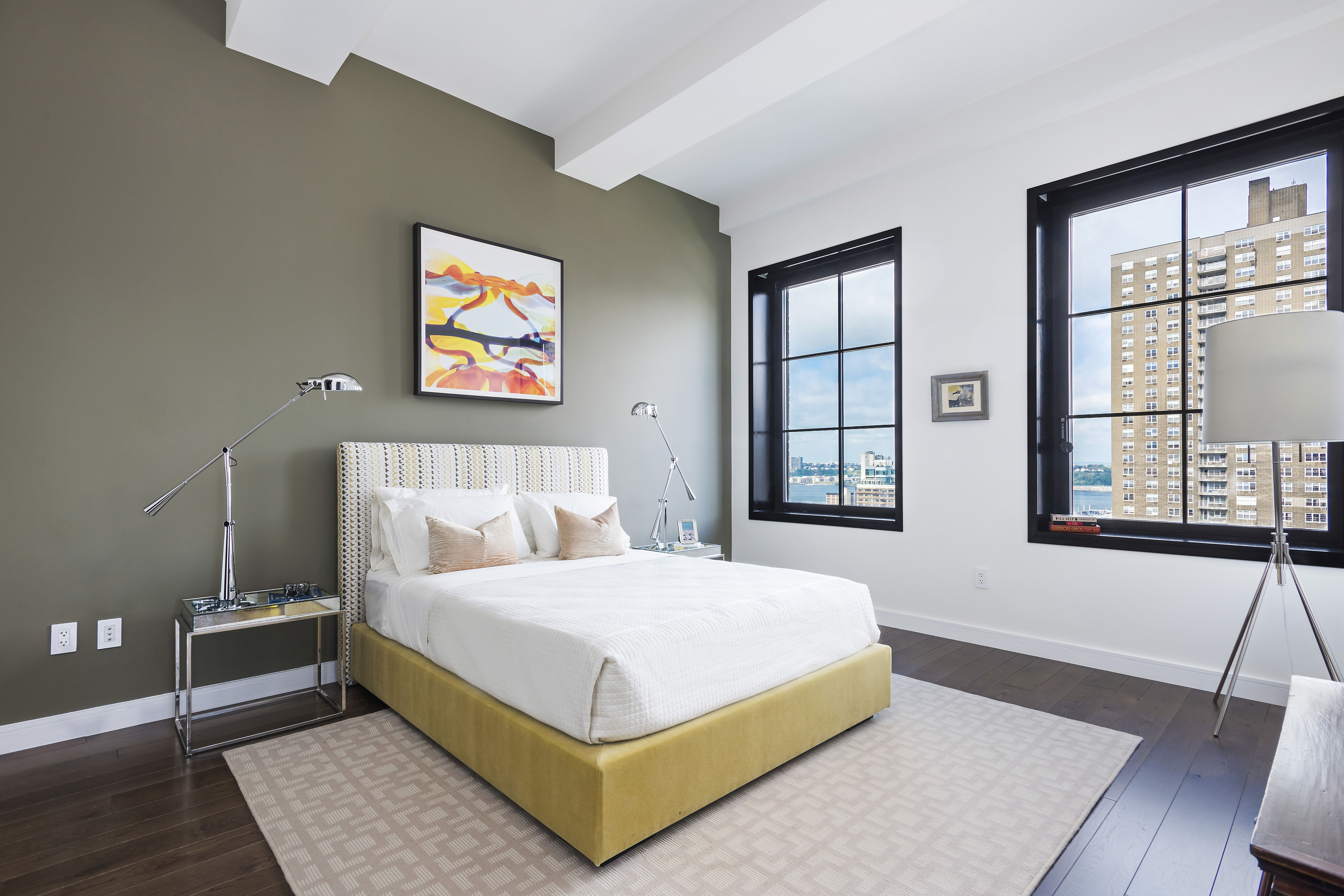 1 Zimmer Wohnung Mit Art Deco Stil Mit Grauen Wand Und Weiss Auch Bett Auf Kariert Braun Teppich Und Metall Swing Arm Lampe Un 1 Zimmer Wohnung Zimmer