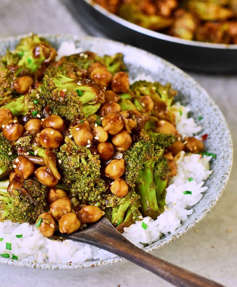 Einfache Brokkoli Pfanne mit Kichererbsen und Reis (vegan) - Elavegan #stirfrysauce