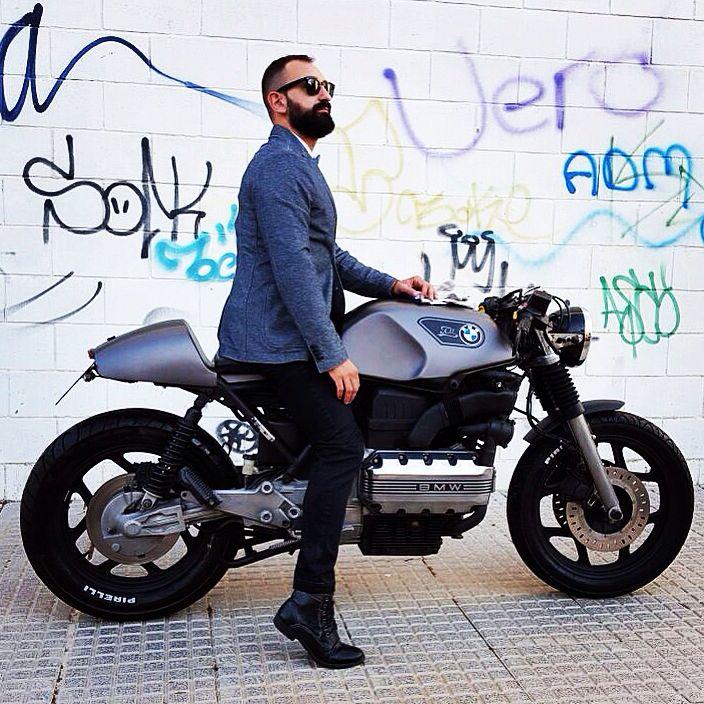 eu sou mais esse cara aí da moto. a moto também é bonita. alinhado para trabalhar mas não um advogado. blazer camisa tenis ou sapato mas nao muito formal.