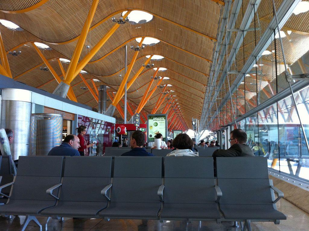Interior T4 Aeropuerto De Madrid España Alquiler De Coches En El Aeropuerto De Madrid En Http Www Reservasdecoc Alquiler De Coches Coche Barato Alquiler