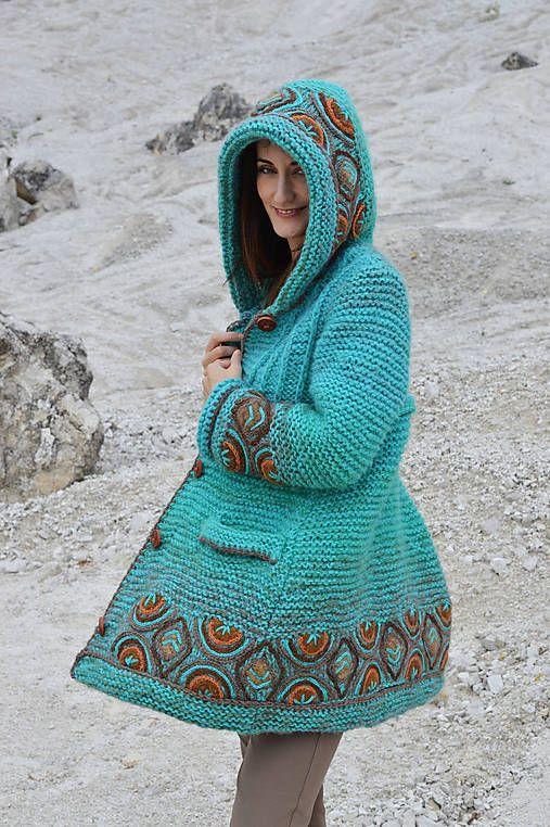 b015e495f301 Teplý pletený kabát ozdobený ručne vyšívanými vzormi