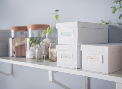 Bureau organisé sans tiroirs en blanc et bois clair avec