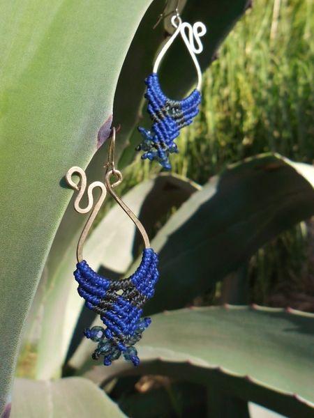 Pendientes colgantes - Pendientes gypsies de alpaca y macramé azul - hecho a mano por eltallercitonomada en DaWanda